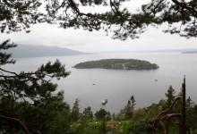Utøya. De pårørende til massakren på AUF's sommerleir kommer til Utøya. Ca. 500 personer besøkte utøya for å se hvor deres kjære ble drept 22. juli. Foto Paal Audestad, Aftenposten